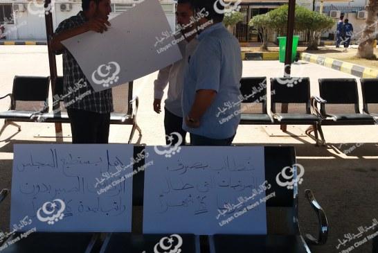 العاملون بمناولة مطار مصراتة يعلقون الوقفة الاحتجاجية 