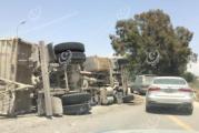 إصابة سائق شاحنة أثناء شعوره بالنعاس ما أدى إلى انقلابها بطريق المطار بطرابلس