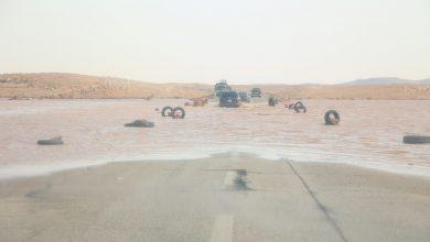Photo of انهيار جزء من الطريق الرابط بين وادي الشاطئ والشويرف بسبب مياه الأمطار