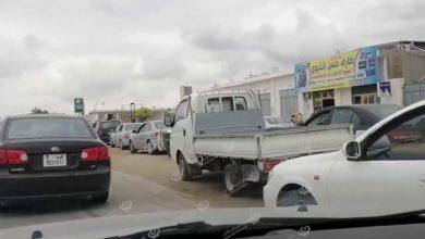 Photo of ازدحام بمحطات توزيع الوقود بمدينة طرابلس وشركة البريقة لا توضح