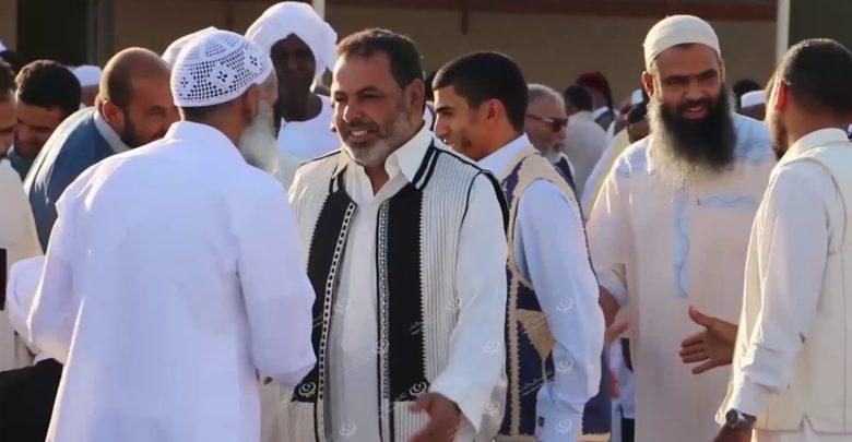 Photo of أهالي إجخرة يؤدون شعائر صلاة عيد الاضحي  بساحة مسجد الرحمة