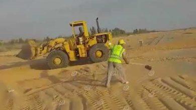 Photo of فريق العمل التطوعي بهون يزيل الكثبان الرملية عن الطريق الصحرواي