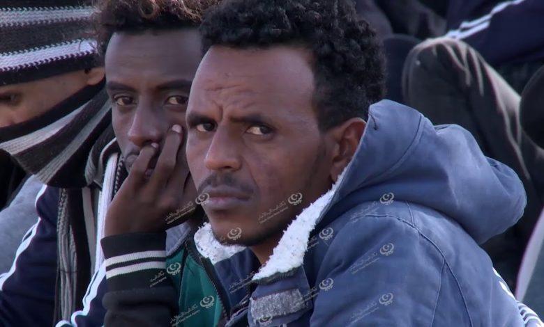 Photo of مهاجرون غير نظاميون يتوسدون الرصيف على بعد أمتار من مقر المجلس الرئاسي بطرابلس