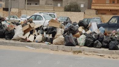 Photo of بعد تأخر مرتبات عمال النظافة.. القمامة تتكدس في شوارع اجدابيا