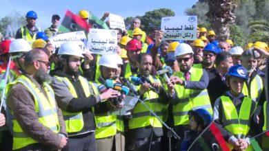 Photo of وقفة احتجاجية على خلفية إقفال المواني النفطية