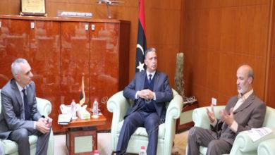 Photo of وزير مواصلات الوفاق ومدير مكتب المنظمة الدولية للهجرة يناقشان مستجدات منظومة (MIDAS)