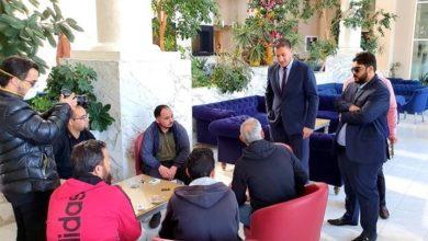 Photo of القنصل الليبي يتفقد أوضاع العائلات العالقة والتي تعثرت رحلات عودتهم من تونس