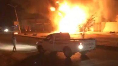 Photo of النيران تشتعل في شاحنة نقل وقود بمحطة تجارية وتمتد لورشة تصليح سيارات بسبها