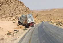 Photo of شاحنة محملة بمواد البناء تخرج عن مسارها وتصطدم بالجبل  في منحدر البطمة