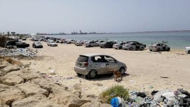 Photo of عائلات ليبية تتخذ من شاطيء البحر ملاذ لها هربا من حرارة الطقس وانقطاع الكهرباء