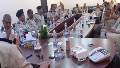 Photo of مدير أمن سلوق قمينس يبحث سير العمل الأمني مع رؤساء الأقسام والمراكز بالمديرية