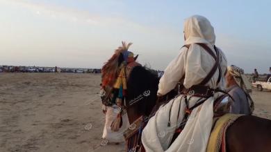Photo of عدد من الفرسان بقمينس يمارسون رياضة ركوب الخيل إحياء لتراث الأجداد
