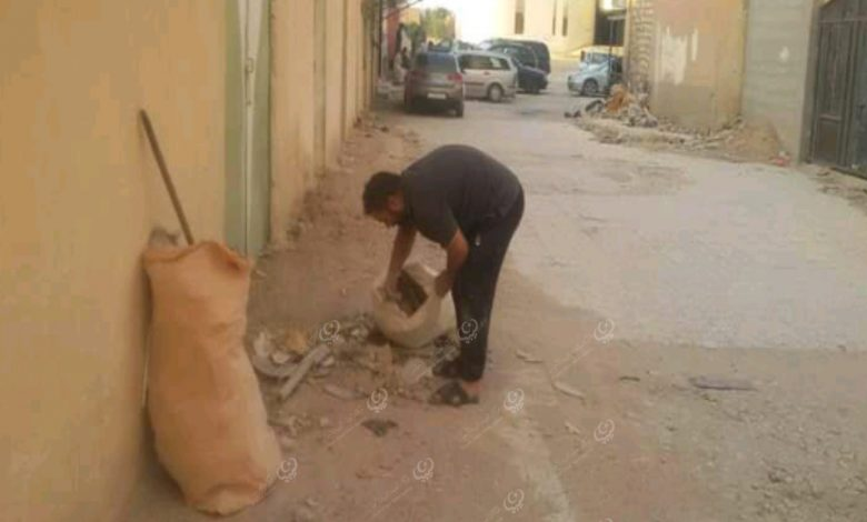 Photo of شاب من مزدة يتطوع لإزالة القمامة من أحد شوارع المدينة