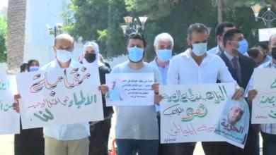 Photo of الكوادر الطبية والطبية المساعدة تقف محتجة أمام مقر المجلس الرئاسي