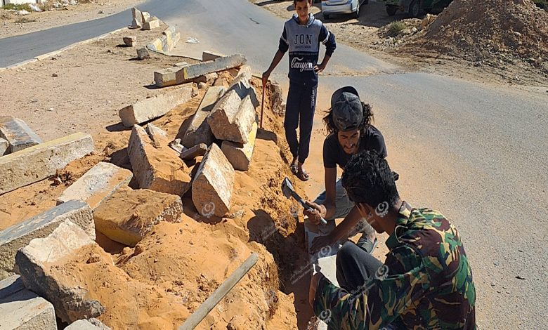 Photo of شباب من مزدة يقومون بعمل تطوعي لصيانة جزيرة وسط المدينة