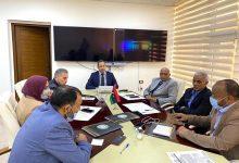Photo of اللجنة العلمية والإدارات المختصّة بوزارة التعليم تتابع تنفيذ الإطار الوبائي