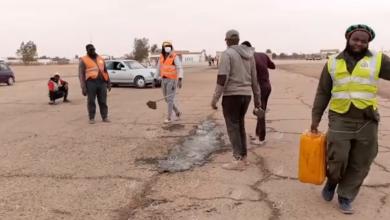 Photo of حملة تطوعية من روابط اتحاد منطقة أوباري لتنظيف مهبط المطار