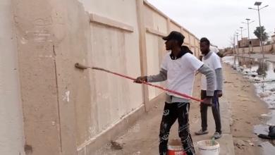 Photo of جهود تطوعية لإزالة الكتابات التي تشوه جدران الشوارع في أوباري