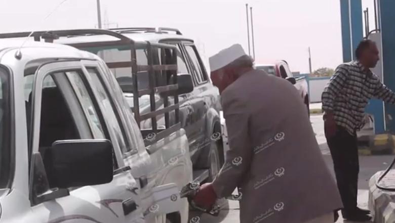 Photo of تواصل طوابير السيارات على محطات الوقود الثلاث بجالو