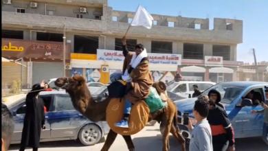 "Photo of على ظهر جمل.. ""الحبوني"" يصل اجدابيا رافعا راية السلام"