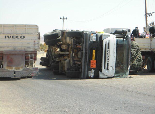 Photo of انقلاب شاحنة مملؤة بضائع في مدخل مزدة الجنوبي
