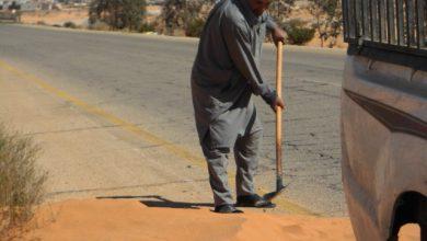 Photo of مواطن من مزدة يتطوع لإزالة كثيب من الرمل
