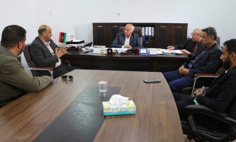Photo of بلدي إجخرة يبحث مع مدير دائرة كهرباء الواحات مشاكل واحتياجات قطاع الكهرباء بالبلدية