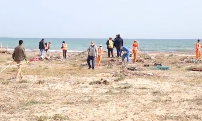 Photo of خدمات النظافة زوارة تهيئ شاطئ المدينة للمصطافين
