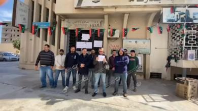 Photo of موظفو العقود بمديرية جمارك مصراتة يحتجون ويقفلون المديرية