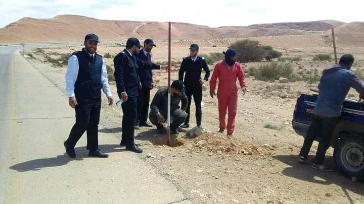 Photo of قسم المرور والتراخيص بمديرية أمن مزدة يشرع في وضع إشارات المرور على الطريق العام