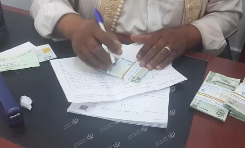 Photo of تواصل توزيع السيولة النقدية داخل المحلات ببلدية سبها